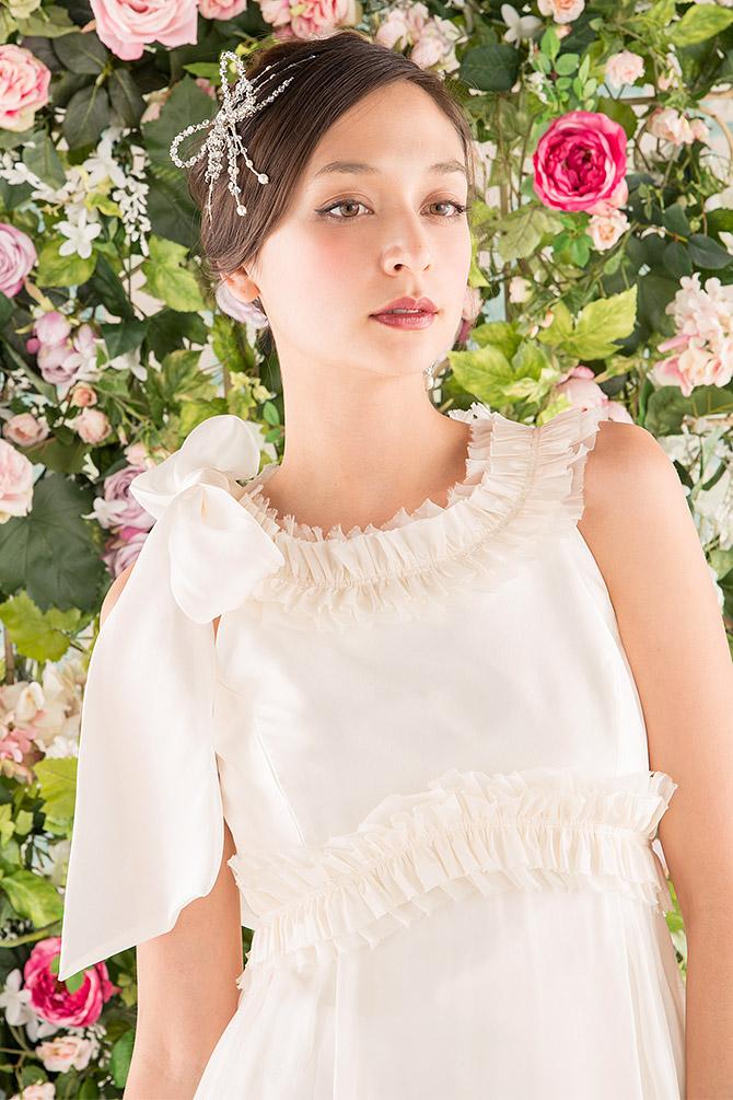 ウェディングドレス レンタル プレタ オーダー | ドレスマニア N0005 特徴的なリボンモチーフを可愛くちりばめたエンパイアウェディングドレス