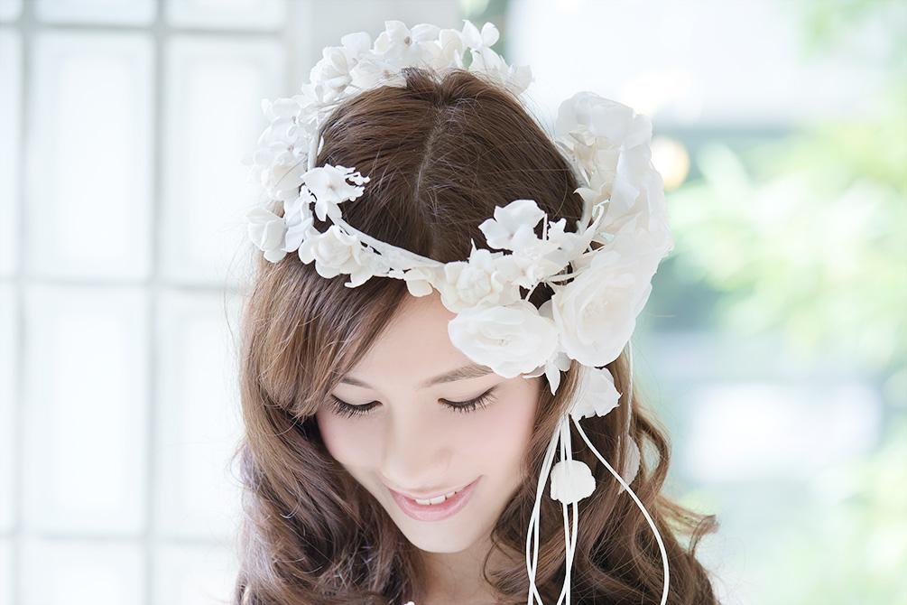 ウェディングドレス レンタル プレタ オーダー | ドレスマニア 花冠は少し斜めに被ってバランスを崩すとかわいらしい!ドレスマニアオリジナル の花冠。