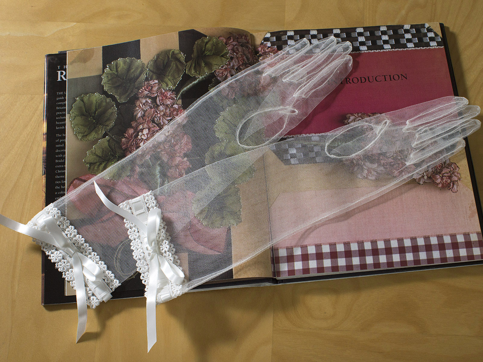 ウェディングドレス レンタル プレタ オーダー | ドレスマニア リボンとレースが可愛らしいロングタイプのグローブ