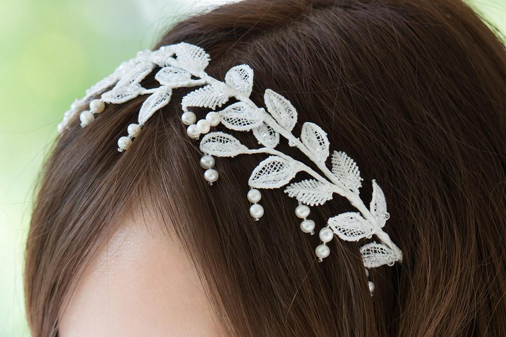 ウェディングドレス レンタル プレタ オーダー   ドレスマニア どんなヘアスタイルにも◎ 揺れるパールが可愛らしいカチューシャウェディングヘアアクセサリー